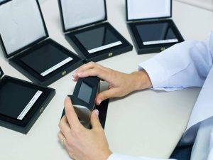 Brillómetro, equipo portátil que evalúa el brillo